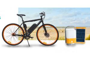 un vélo électrique et une lampe solaire