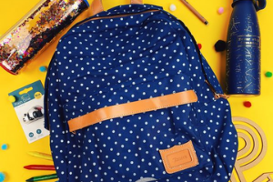 cartable avec des fournitures scolaires